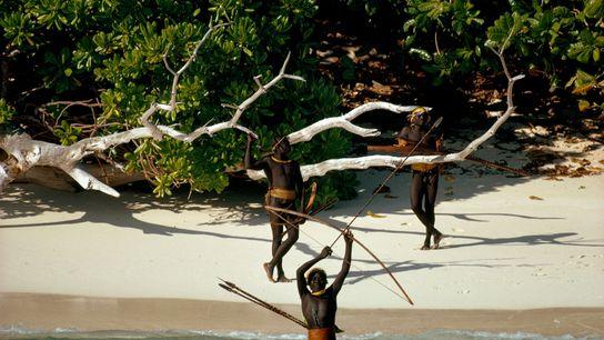 Membros da tribo Sentinela na Ilha de Sentinela do Norte, no arquipélago das Ilhas de Andamão, ...