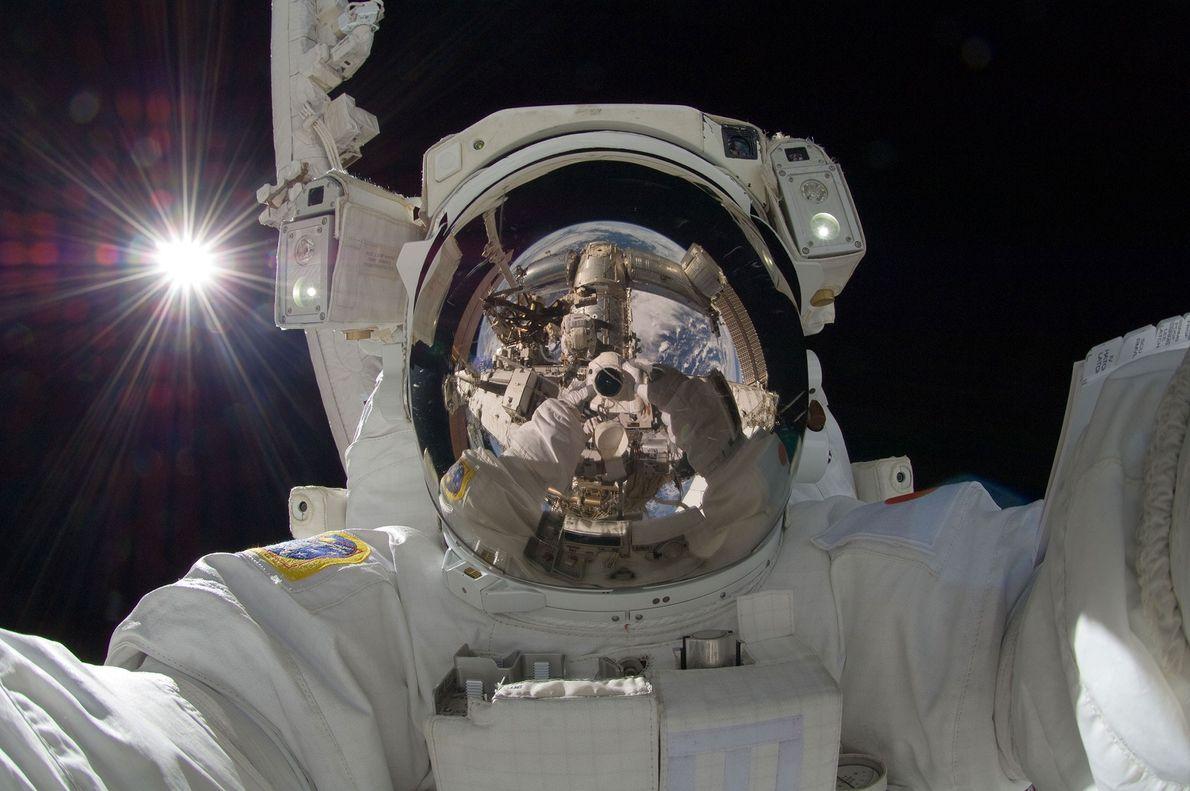 No dia 5 de setembro de 2012, o astronauta japonês Akihiko Hoshide fez esta selfie impressionante ...