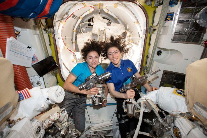 No dia 18 de outubro, as astronautas da NASA Jessica Meir (à esquerda) e Christina Koch ...
