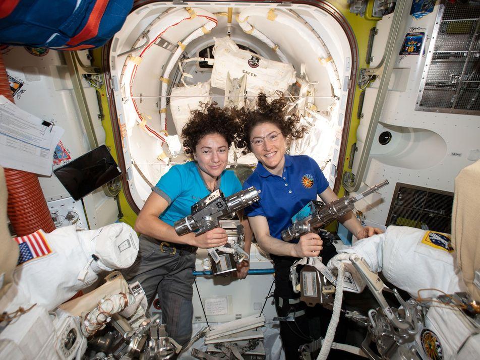 Primeiro Passeio Espacial Completamente Feminino Realça Design dos Fatos Espaciais