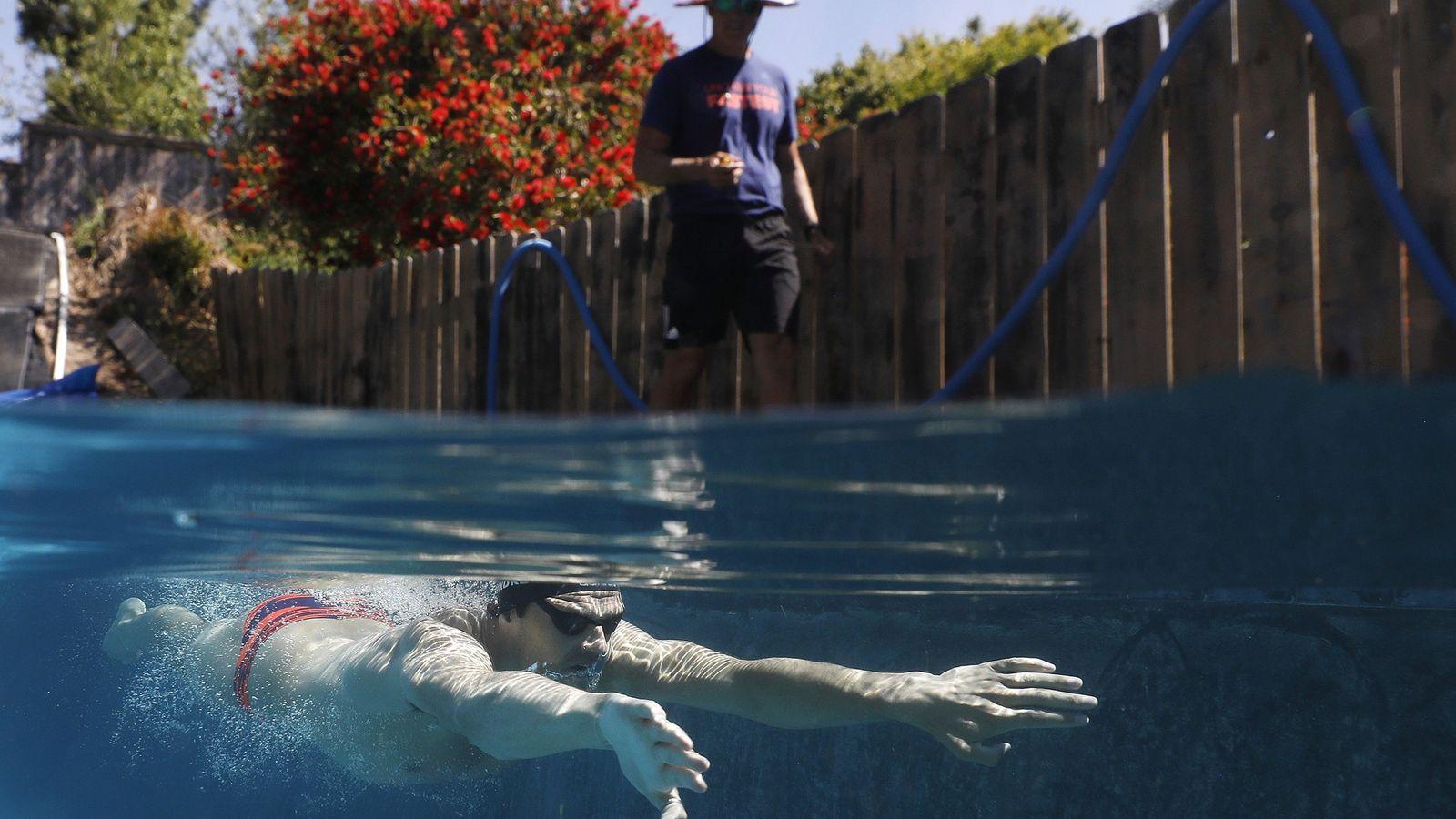 Michael Andrew, nadador olímpico dos EUA, é treinado pelo seu pai numa piscina residencial em San ...