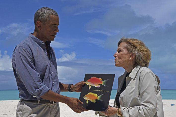 Dr.ª Sylvia Earle, exploradora-residente da National Geographic, oferece ao antigo presidente Obama uma fotografia de um ...