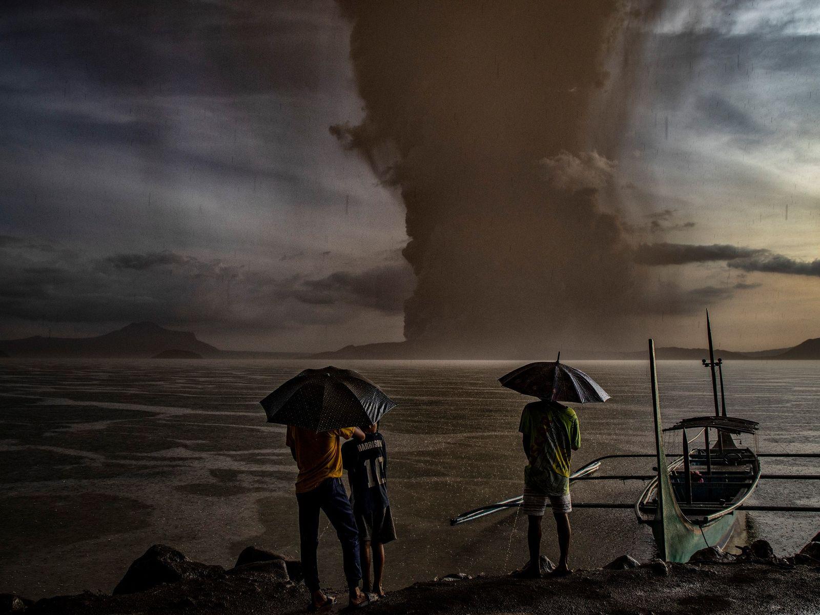 No dia 13 de janeiro, quando o vulcão Taal entrou em erupção nas Filipinas, uma nuvem ...