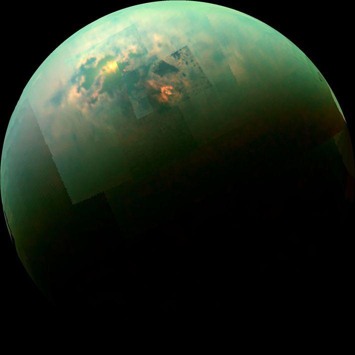 Esta colagem de imagens captadas pela sonda Cassini da NASA mostra a luz do sol a ...