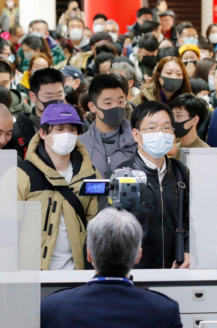 Passageiros que voaram da cidade chinesa de Wuhan, o epicentro do novo coronavírus, em quarentena no ...