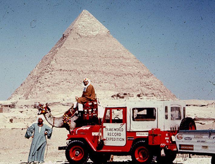 Fotografia do co-líder de Albert Podell num camelo em Gizé
