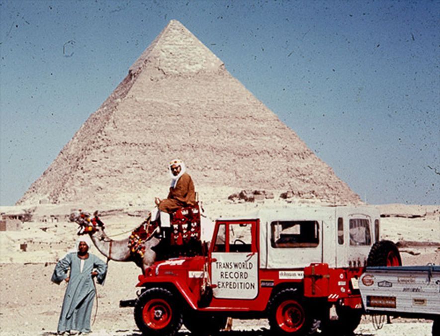 Harold Stephens, co-líder de Albert Podell na Trans World Record Expedition, senta-se num camelo chamado Canada ...