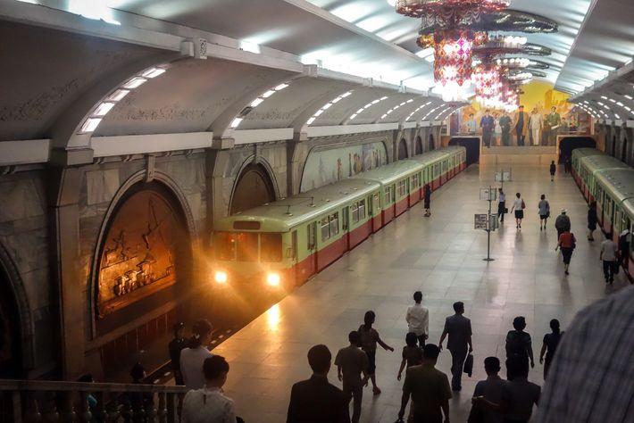 Um comboio chega à estação de Puhung