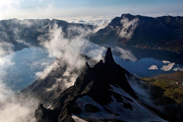 As nuvens passam sobre a Montanha Paektu