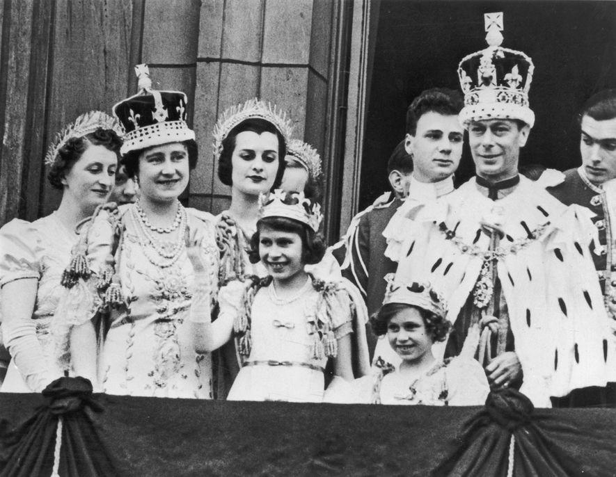 A Princesa Elizabeth é aqui representada (quarta da esquerda), com 11 anos de idade, na varanda ...