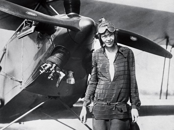 "Amelia Earhart junto ao seu biplano ""Friendship"""