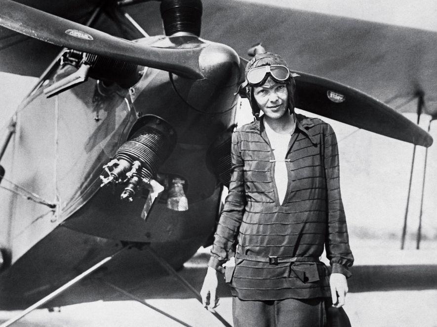 Amelia Earhart posa, a 14 de junho de 1928, em frente ao seu biplano batizado de ...