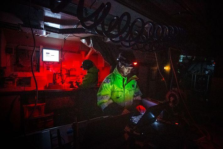 Emlyn Davies observa os dados que chegam aos vários computadores portáteis a bordo do navio Helmer ...