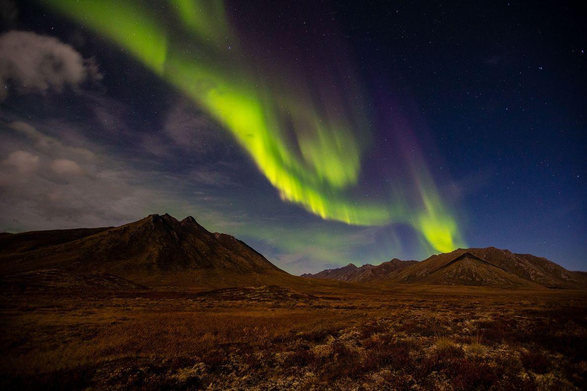 Uma aurora cria serpentinas de luz sobre o Território do Yukon, no Canadá. As auroras são …