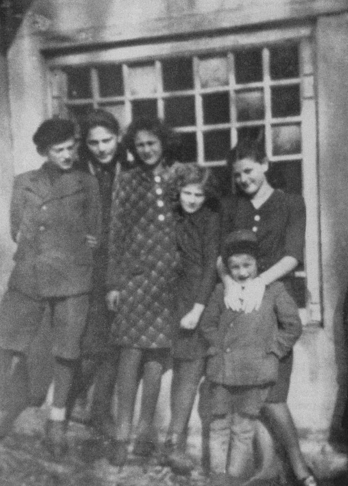 Esta fotografia das crianças da família Friedman foi tirada em Humenné, em 1936. Da esquerda para ...
