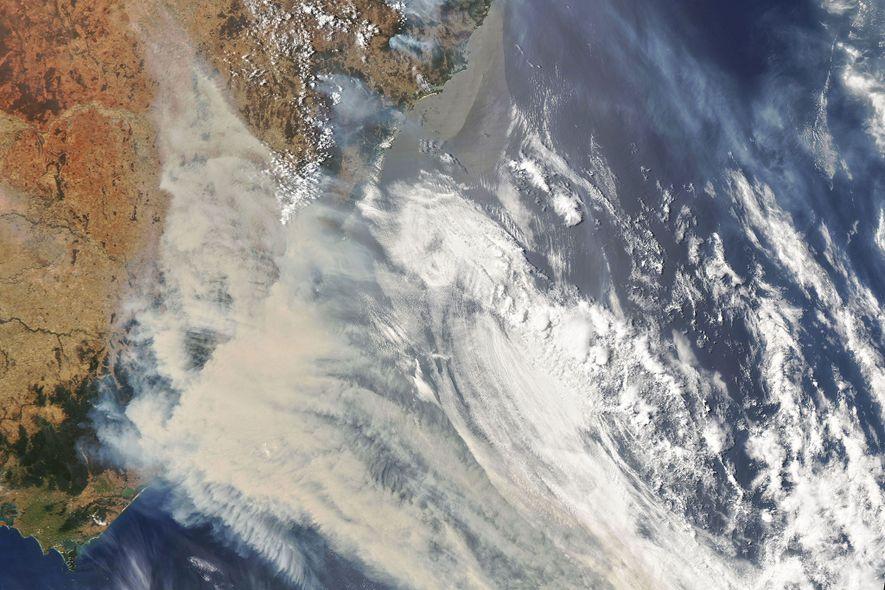 Uma imagem de satélite da NASA mostra as nuvens e o fumo gerado pelos enormes incêndios ...