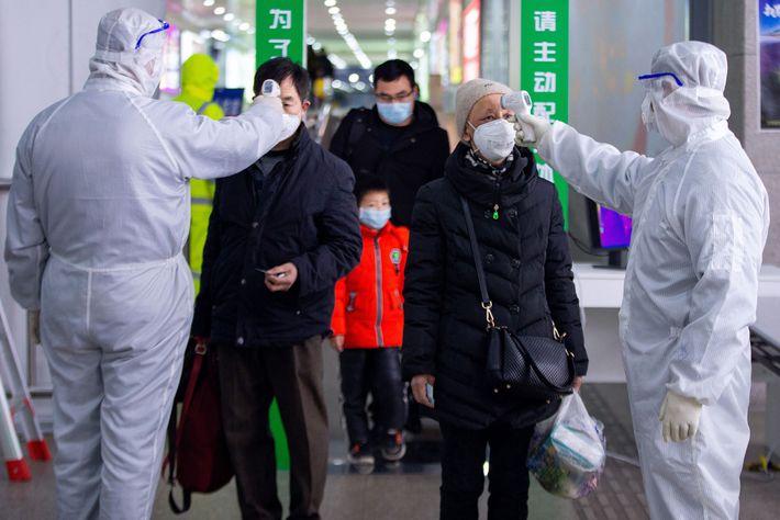 O governo chinês recomendou o tratamento de casos graves de COVID-19 com uma injeção que contém ...