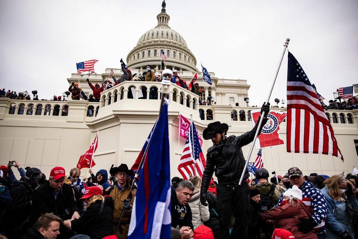 Na tarde de quarta-feira, um grupo de apoiantes do presidente Donald Trump invadiu o Capitólio dos ...
