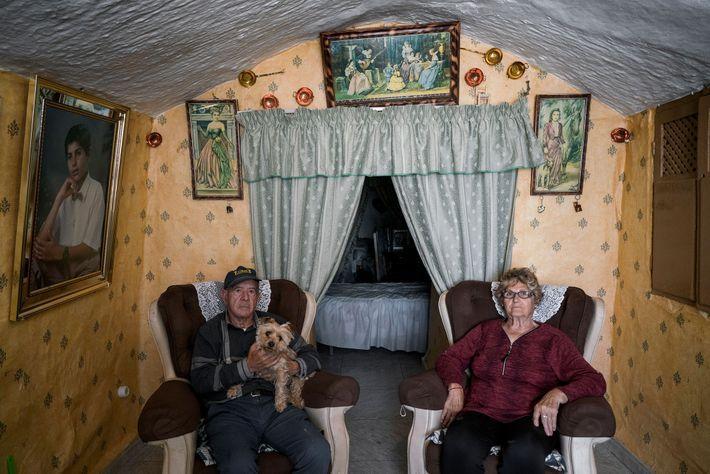 Manuel Gonzales e Encarna Sanchez posam para a objetiva na sua sala de estar. A gruta ...