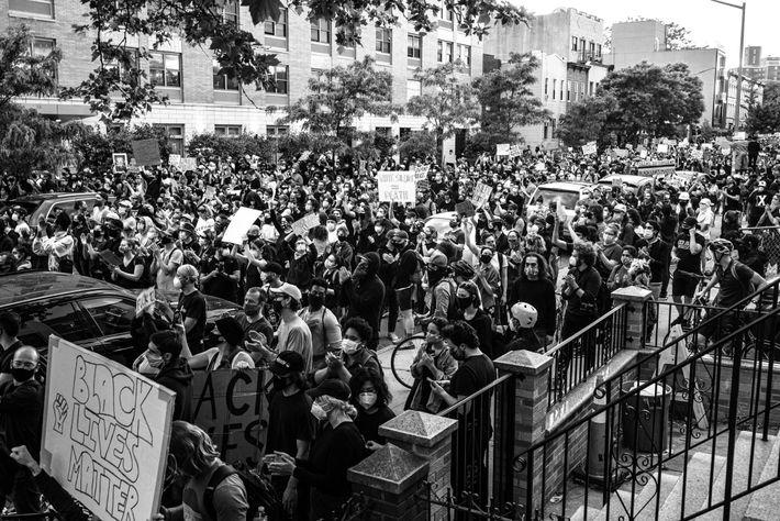 Manifestantes protestam contra a brutalidade policial numa manifestação organizada pelo movimento Black Lives Matter em Brooklyn, ...