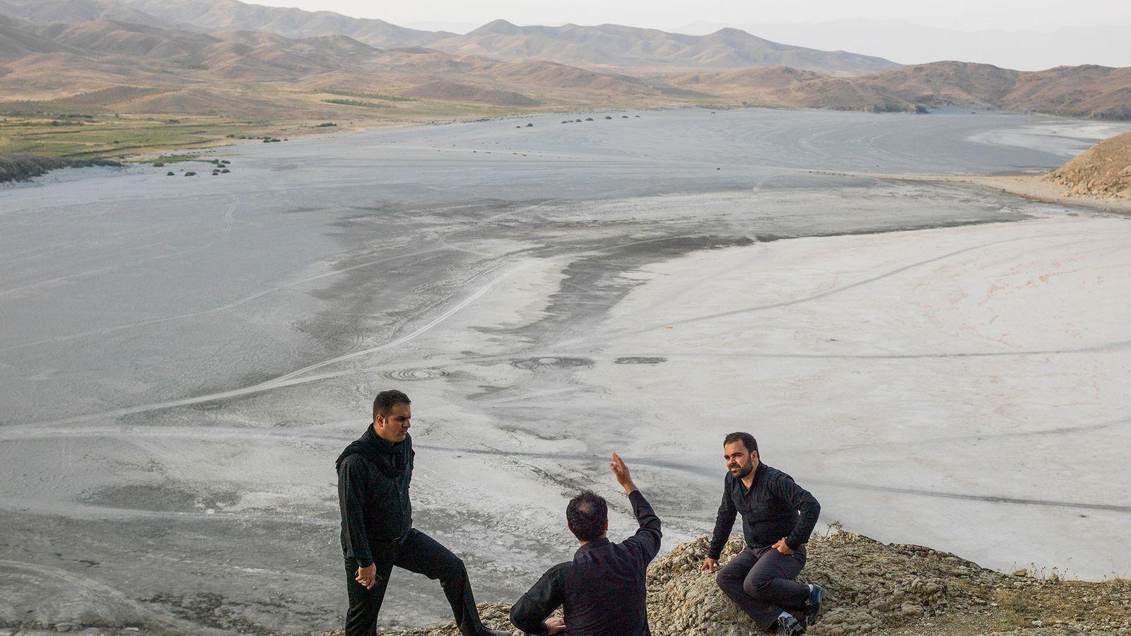Homens à beira do lago Urmia, um lago que secou no Irão. Alguns dos maiores lagos ...