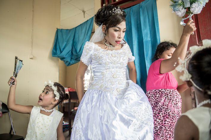 A professora Maria Fransiska (Chika) Danuk, de 23 anos, prepara-se para o seu casamento.