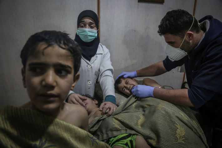 """Crianças recebem primeiros os socorros após um ataque químico. """"O cheiro a cloro era avassalador"""", diz ..."""