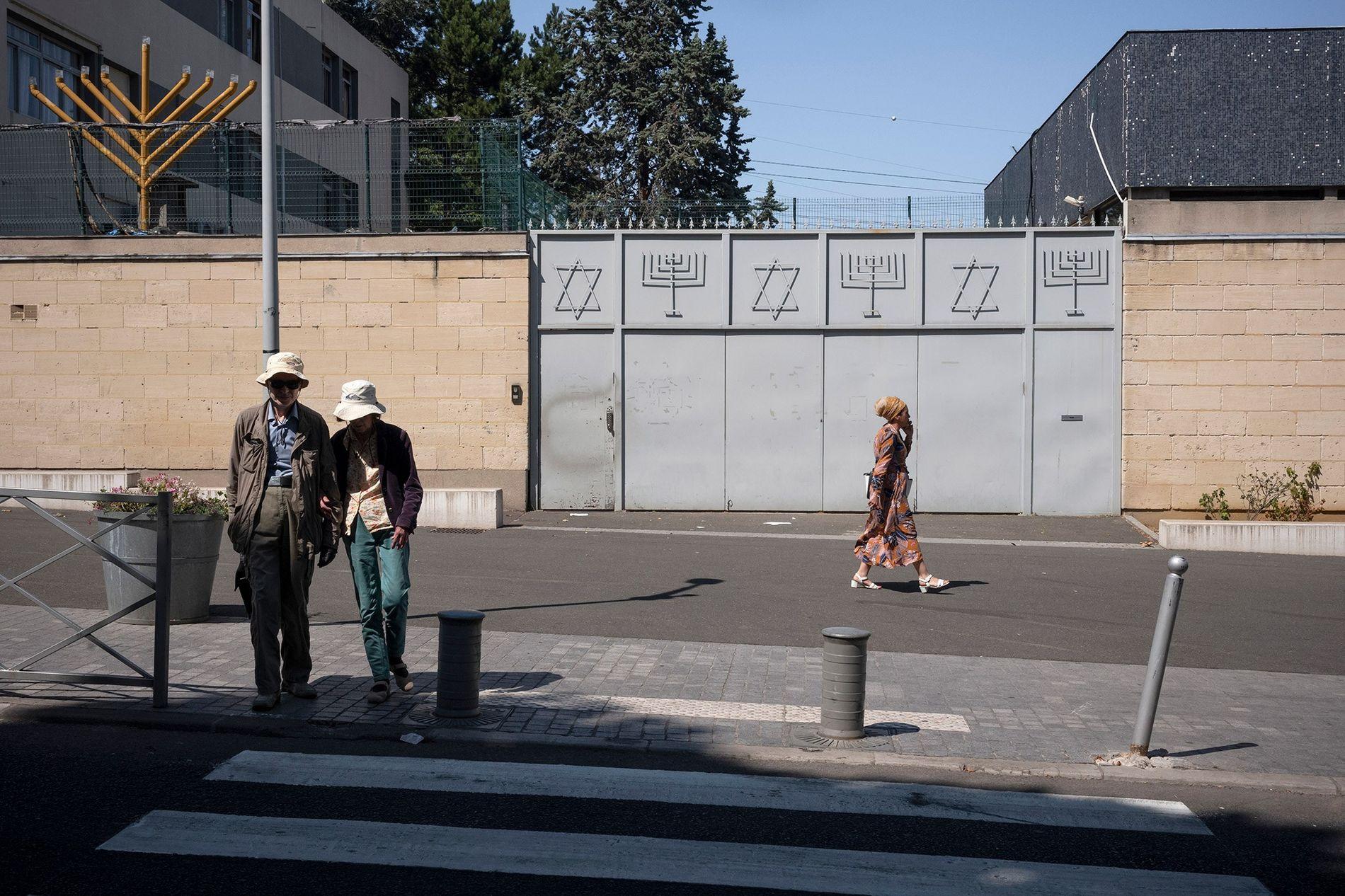 Em França, um portão de metal delimita a entrada da Grande Sinagoga de Sarcelles.