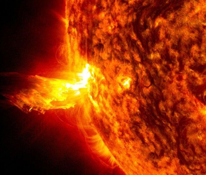 As tempestades solares podem incluir explosões solares, captadas nesta imagem, onde partículas altamente energizadas são ejetadas ...