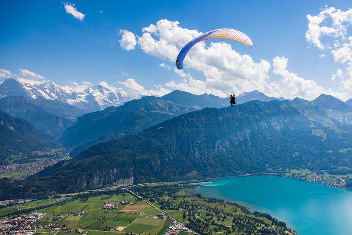 Imagem de um parapente em Berna, na Suíça