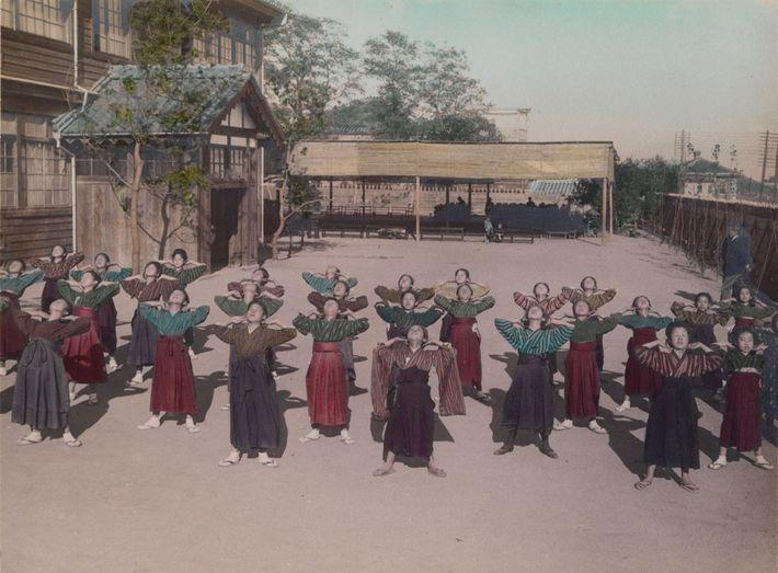 Numa escola secundária do Japão, as raparigas fazem exercícios de calistenia.