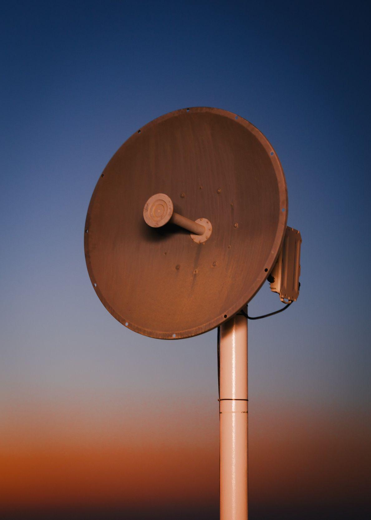 Uma antena de micro-ondas fornece os serviços de comunicação da Estação Kepler