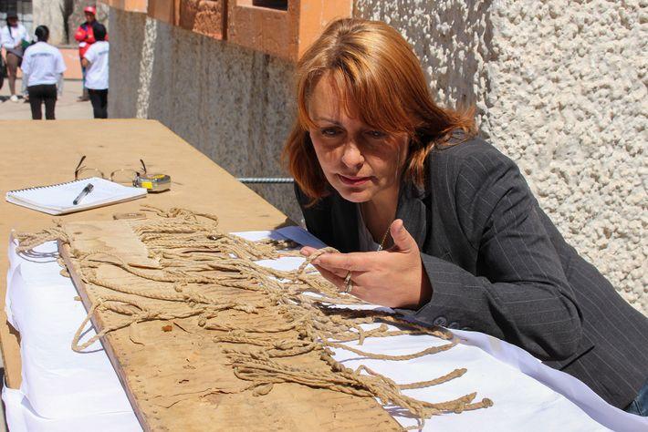 A antropóloga Sabine Hyland estuda uma tábua de quipos Incas