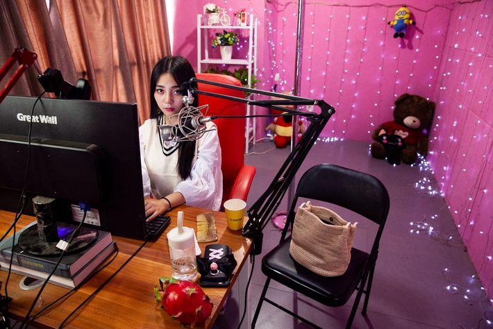 Strawberry, de 24 anos, usa filtros no computador para fazer o seu rosto parecer mais branco ...
