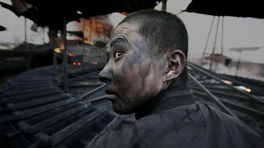 Um trabalhador numa fábrica, na Mongólia Interior