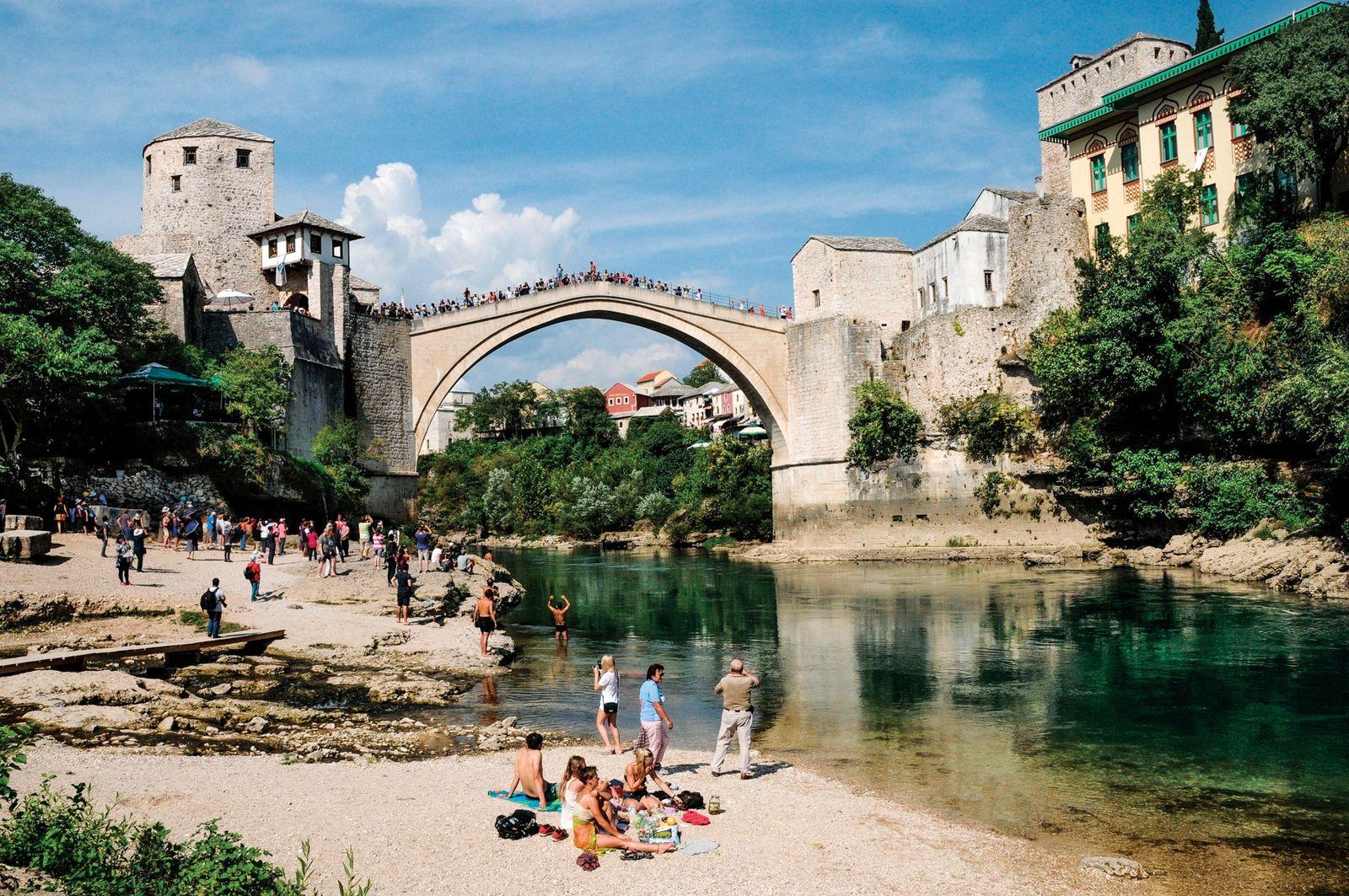 Uma réplica do Stari Most (Ponte Velha) do século XVI atravessa o rio Neretva, em Mostar, ...