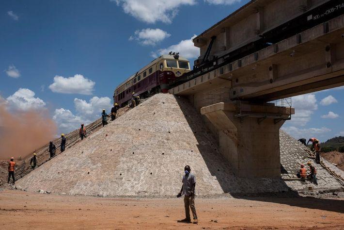 Em Voi, homens trabalham na linha de caminhos-de-ferro com novas medidas que se estenderá desde o ...