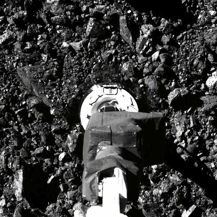 Uma série de imagens da missão OSIRIS-REx da NASA mostra a aproximação e toque da sonda ...