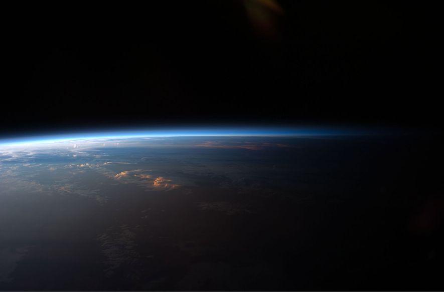 O Sol põe-se sobre a América do Sul, tal como observaram os astronautas a bordo da ...