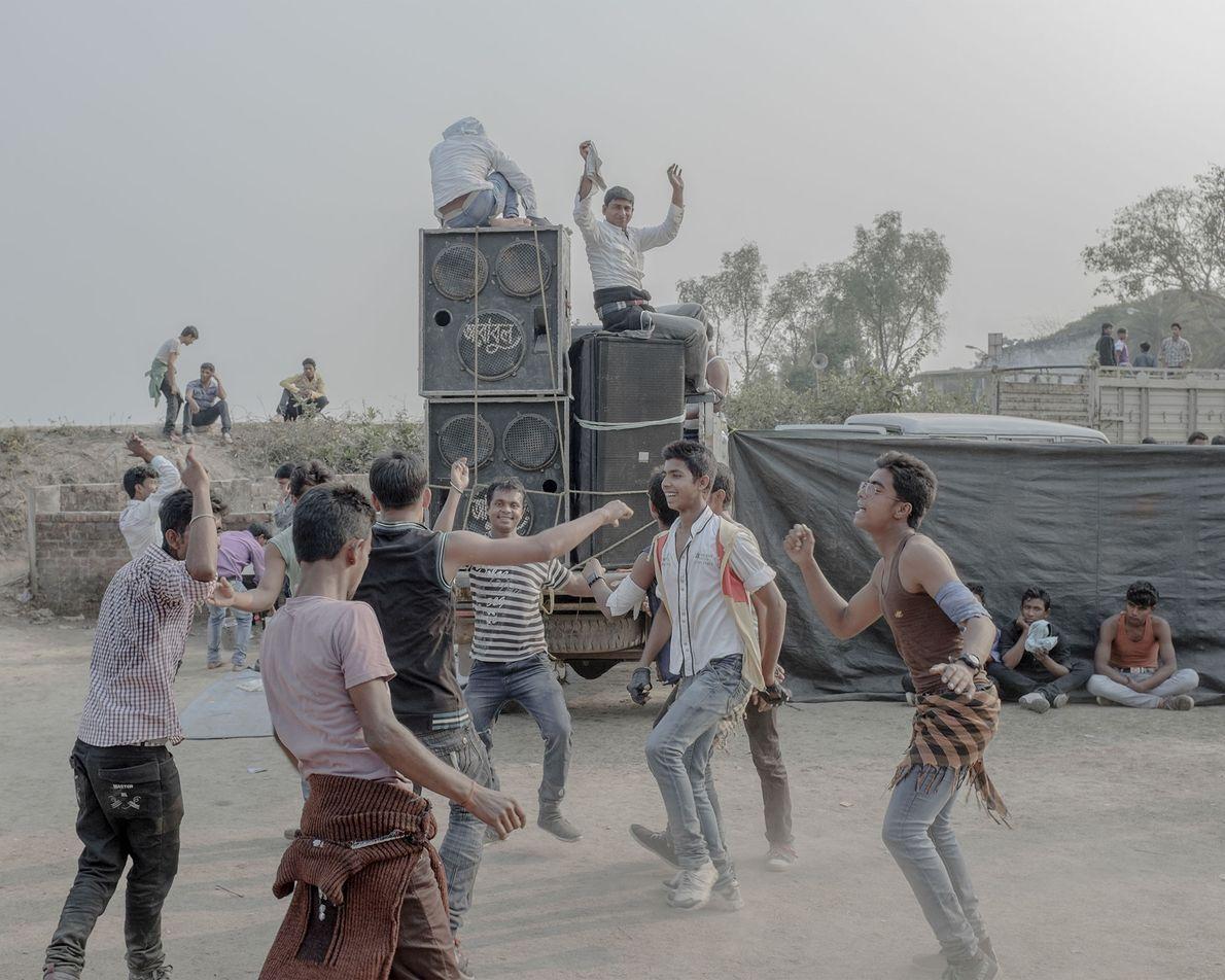 Alguns homens dançam.