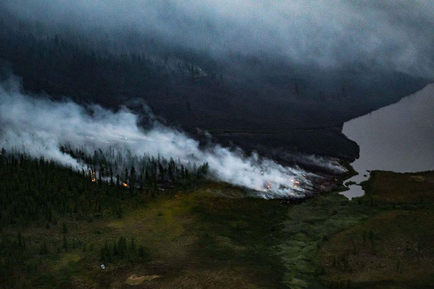 Incêndios florestais perto da transição tundra-taiga da Sibéria. Estes incêndios podem tornar-se mais comuns à medida ...
