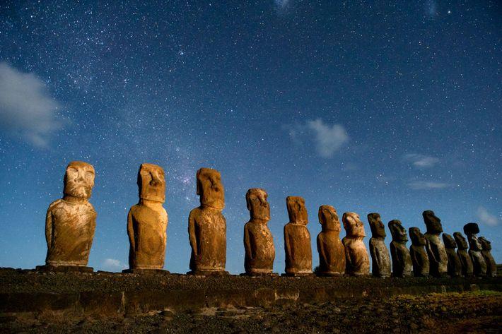 Uma fila de moais de sentinela em Rapa Nui, também conhecida por Ilha da Páscoa. Muitos ...