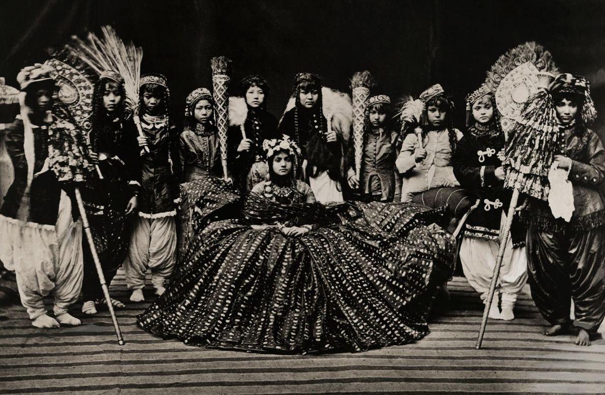 Aias circundam a rainha do Nepal, num retrato tirado, possivelmente, nos anos 10 do século passado.