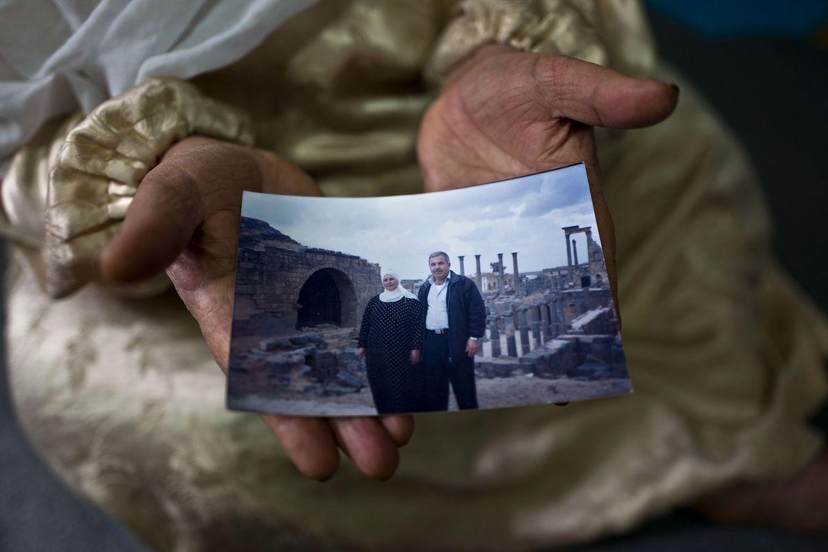 Amineh Hamad mostra uma fotografia sua e do marido Ali Abdulqader.