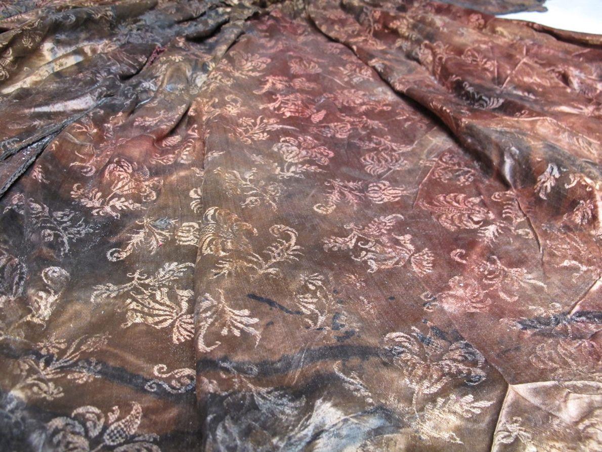Fotografia do tecido e design de um vestido preservado durante 400 anos num naufrágio