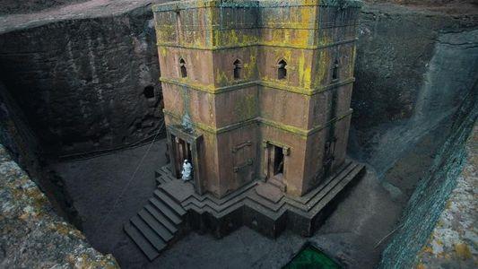Fotografias de Construções Antigas Esculpidas nas Rochas