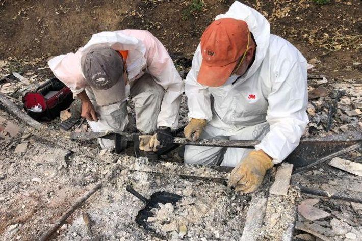 Os arqueólogos Alex DeGeorgy e Michael Newland separam e recuperam cinzas humanas de uma casa móvel ...