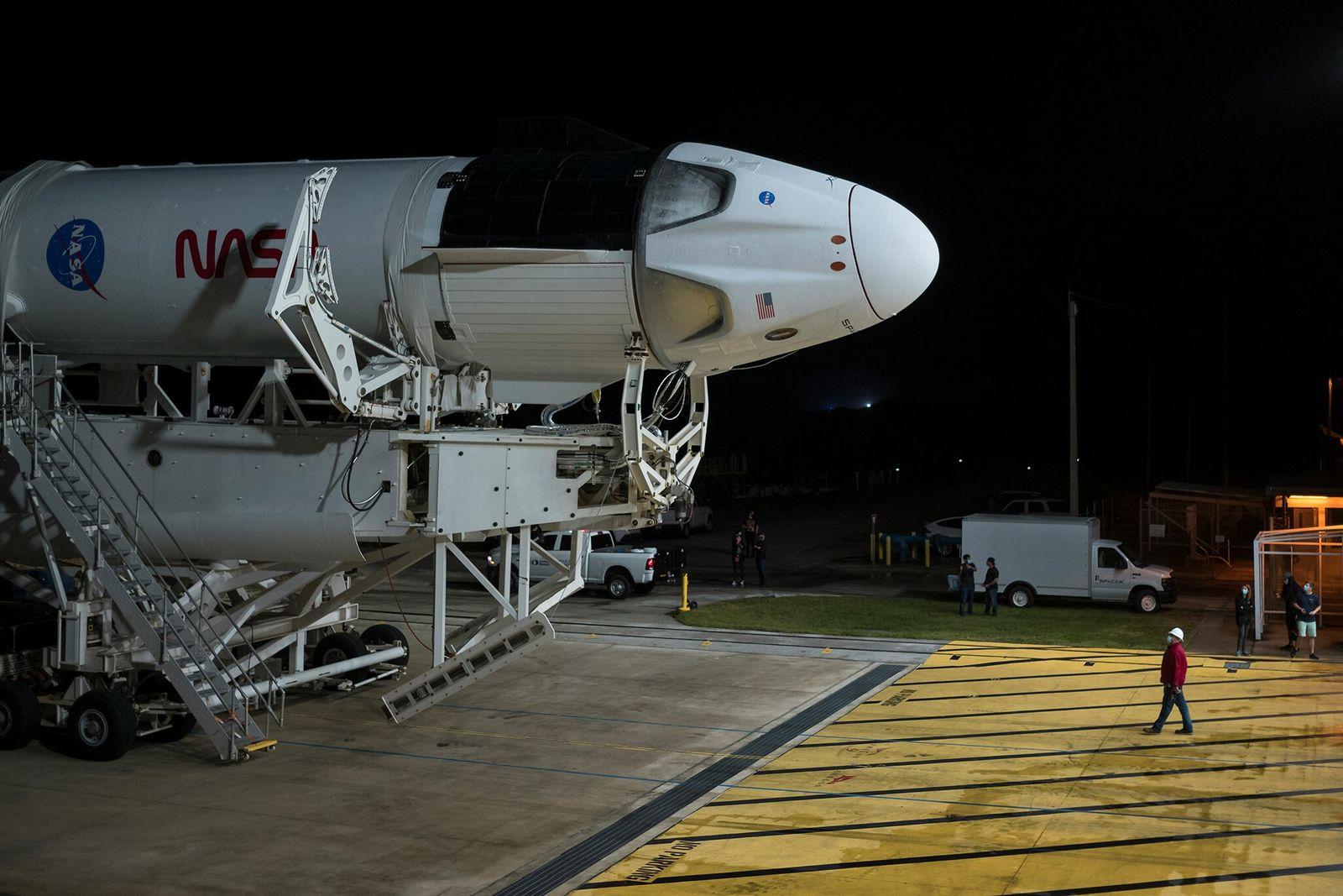 Um foguetão SpaceX Falcon 9 com a cápsula Crew Dragon, na instalação de integração horizontal do ...