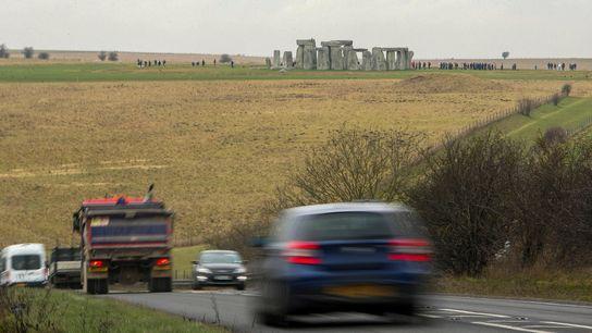 Perto de Stonehenge, um trecho de estrada com muito trânsito vai ser substituído por um túnel, ...