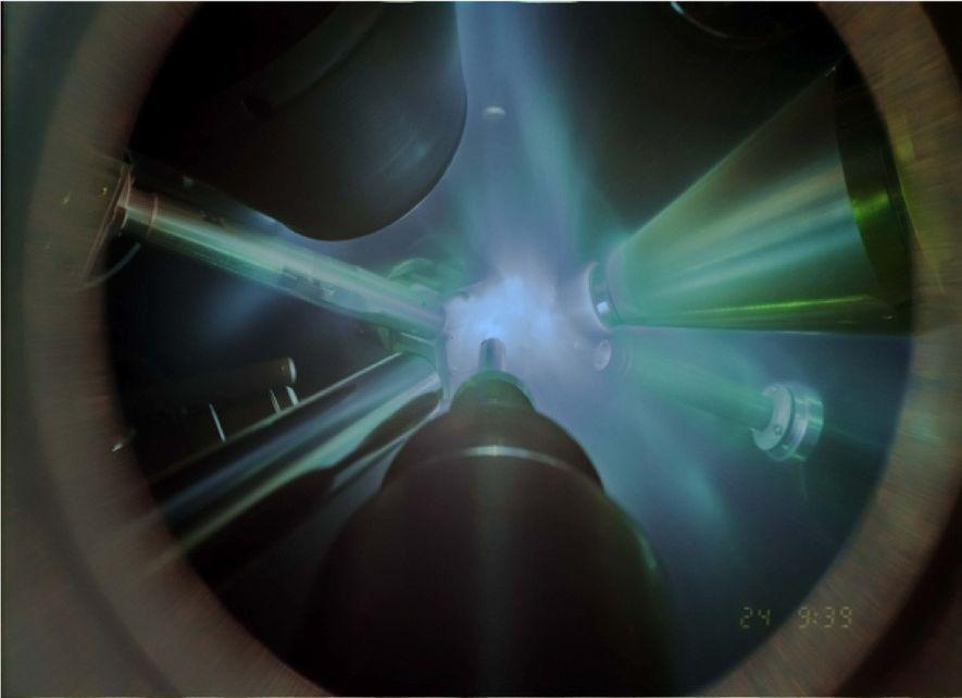 Nesta fotografia, de tempo integrado, de uma experiência de difração de raios-x, lasers gigantes concentram-se na ...
